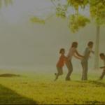 Familie in der Natur: nachhaltig leben, Naturstrom nutzen