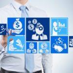 Mann vergleicht virtuell Finanzierungsangebote