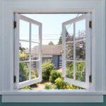 Weißes offenes Fenster zum Lüften in türkiser Wand