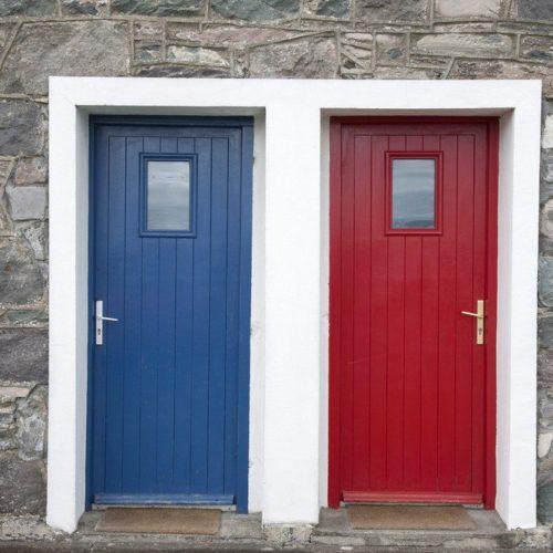 Flüchtlingsunterbringung: blaue und rote Tür
