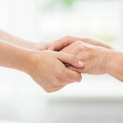 Hand in Hand mit einem Seniorendienstleister