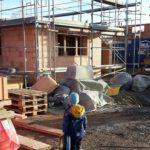 Junge vor der Baustelle