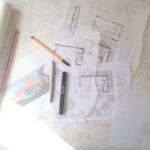 Grundrissplanung: Arbeitsmaterialien auf dem Tisch