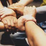 Menschen die sich zu einer Baugruppe zusammenschließen
