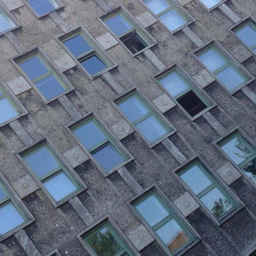 Haus mit vielen Fenster und potenziellen Stromanbietern