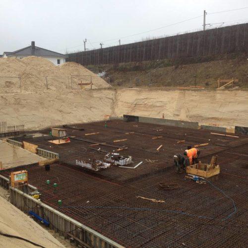 Kellerbau in der Rohbauphase: die Erdarbeiten für den Aushub sind abgeschlossen