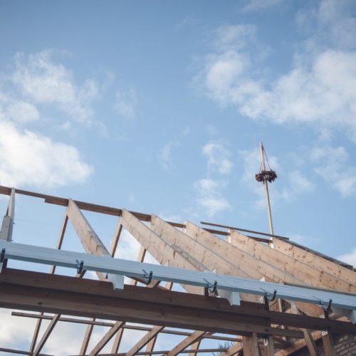 Der Haus-Rohbau ist abgeschlossen, wenn die Richtkrone auf das Dach kommt. Die Rohbau-Dauer kann dabei variieren.