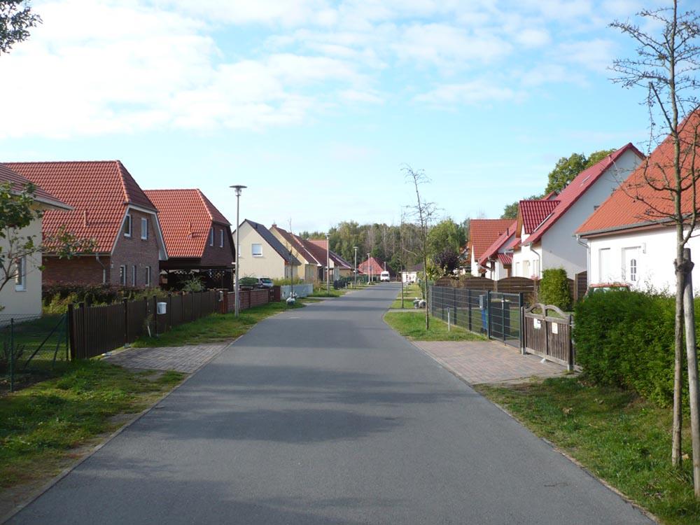 Grundstückspreise steigen mit der Nähe zur Stadt. Haus an Haus in der Vorstadt