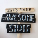 Schild aus Holz: Let's make awesome stuff