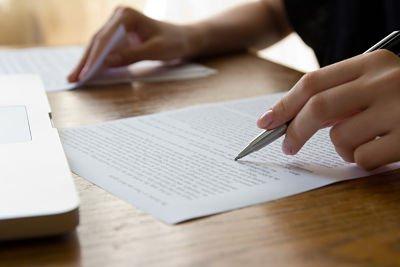 Frau macht Notizen