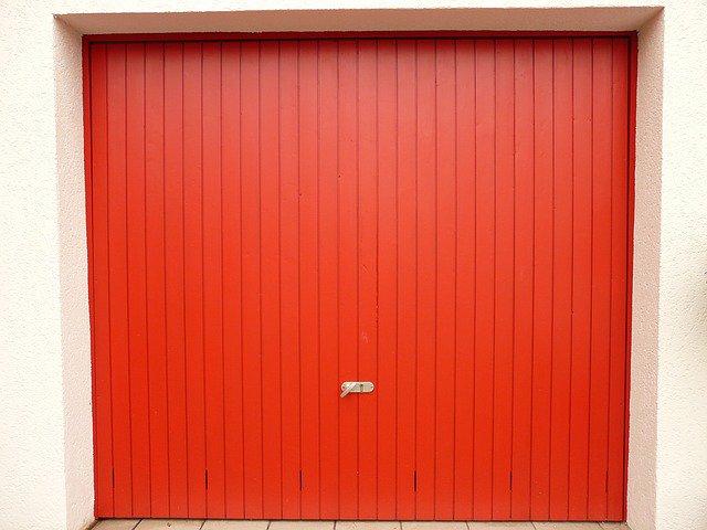 rotes Schwingtor