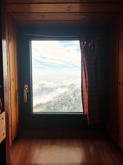 kleines Fenster mit Blick auf die Berge